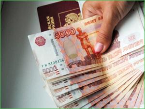 Большая пачка денег из 5 000 рублей
