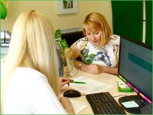 Женщина берет кредит через кредитного брокера