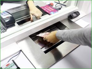 Получение денег в кассе банка после одобрения кредита